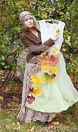 Mulher com vestido do outono