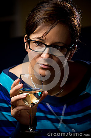 Mulher com vidro de vinho