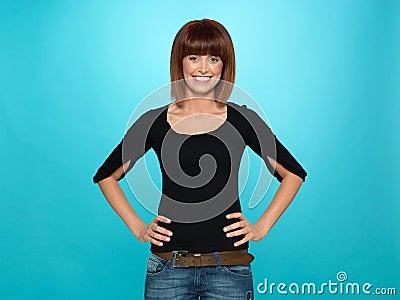Mulher consideravelmente nova com sorriso toothy