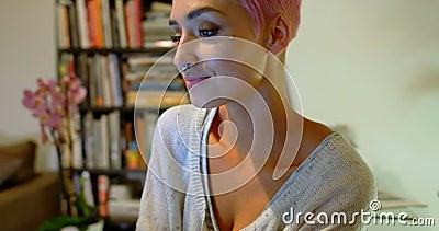 Mulher cor-de-rosa do cabelo que come o café em casa 4k filme