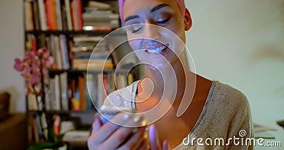 Mulher cor-de-rosa do cabelo que usa o telefone celular em casa 4k video estoque