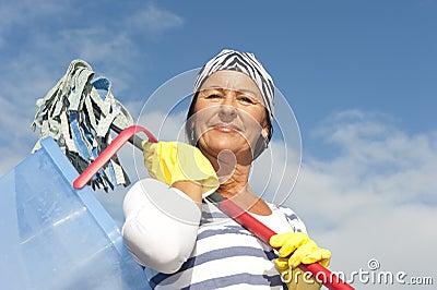 Mulher da limpeza da primavera ao ar livre