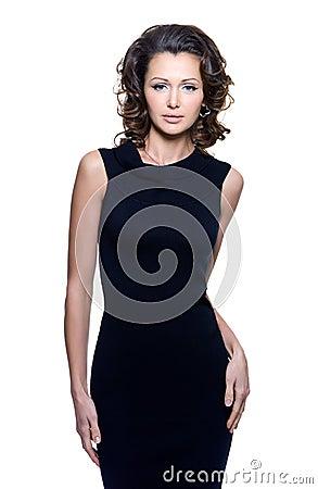 Mulher da sensualidade no vestido preto