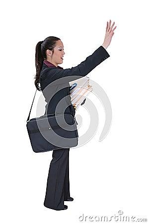 Mulher de Buisiness que graniza um táxi ou um amigo