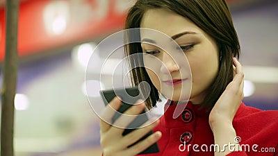 Mulher de datilografia do close-up em um dispositivo do smartphone filme