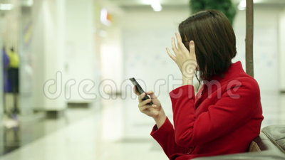 Mulher de datilografia em um dispositivo do smartphone vídeos de arquivo