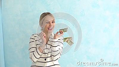 Mulher de negócio bem sucedida sob a chuva do dinheiro O conceito do sucesso financeiro vídeos de arquivo