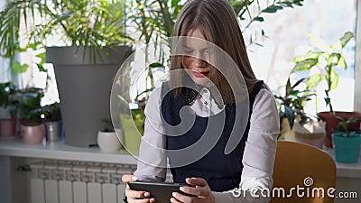 Mulher de negócio nova que procura o cliente potencial de sua empresa em um smartphone vídeos de arquivo