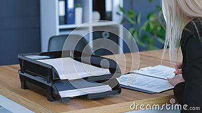 Mulher de neg?cio que revisa o lembrete das notas dos documentos vídeos de arquivo