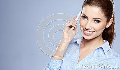 Mulher de negócios bem sucedida com telemóvel.