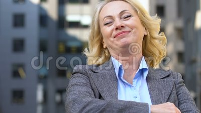 Mulher de negócios envelhecida gestando Sim, feliz com aumento salarial, carreira bem sucedida video estoque