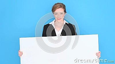 Mulher de negócios feliz Holding Blank Sign video estoque