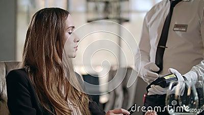 Mulher de negócios pagando por cartão de crédito pela conta do restaurante Pagamento com cartão video estoque