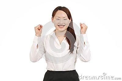 Mulher de negócios que levanta seus braços no sinal da vitória