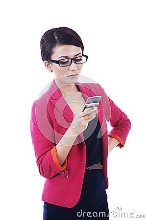 Mulher de negócios que usa o telefone