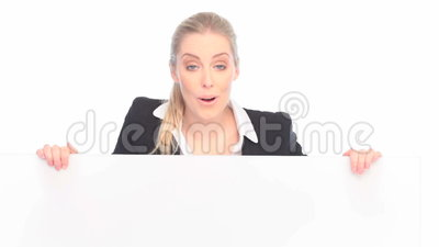 Mulher de negócios surpreendida And Blank Sign video estoque