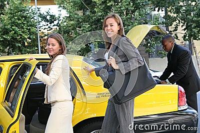 Mulher de negócio no táxi