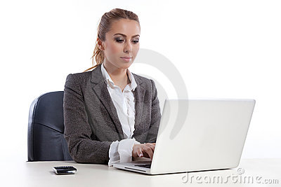 Mulher de negócio nova no escritório com portátil