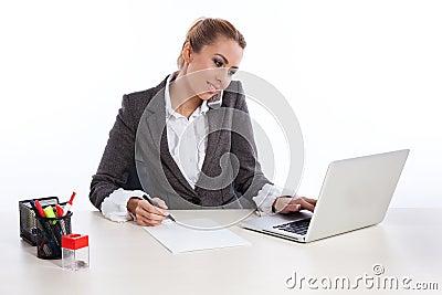 Mulher de negócio nova no escritório que chama pelo telephon