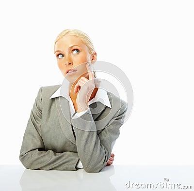 Mulher de negócio nova que olham ausente e pensamento