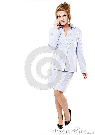 Mulher de negócio que fala em seu telefone de pilha