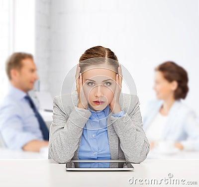 Mulher de negócios de sorriso com PC da tabuleta