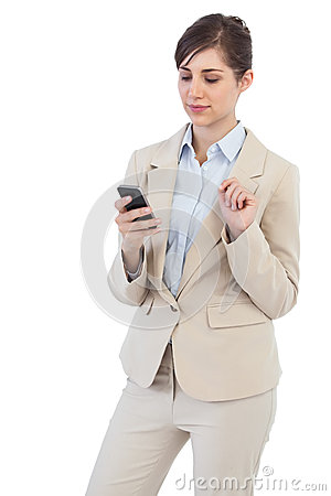 Mulher de negócios pensativa no telefone