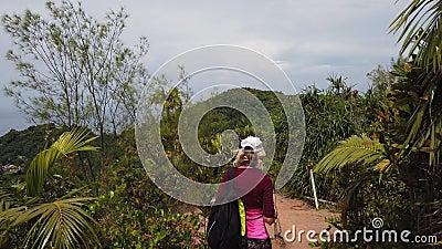 Mulher de Praslin que trekking vídeos de arquivo