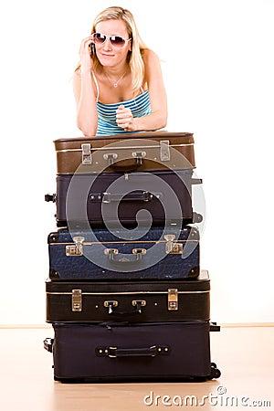 Mulher de sorriso com malas de viagem