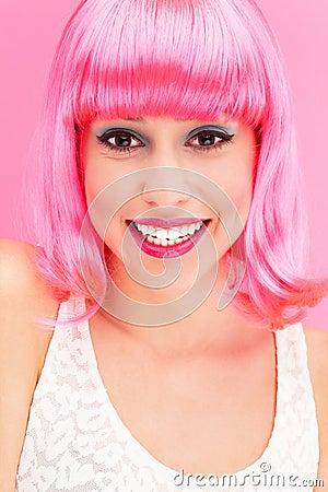 Mulher de sorriso sobre o fundo cor-de-rosa