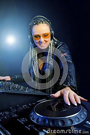 Mulher do DJ que joga a música pelo misturador