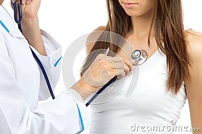 Mulher do doutor que auscultating o paciente novo