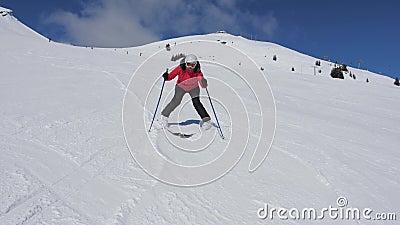 Mulher do esquiador do novato com cuidado e retardando o esqui para baixo em Ski Slope vídeos de arquivo
