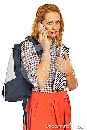 Mulher do estudante que fala pelo telefone