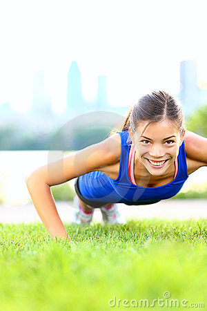 Mulher do exercício - empurre levanta o exercício