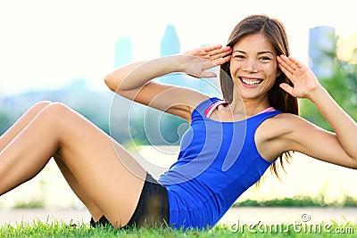 Mulher do exercício - sente-se levanta o exercício
