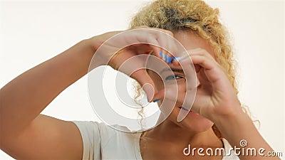 Mulher do mulato que mostra o gesto da forma do coração filme