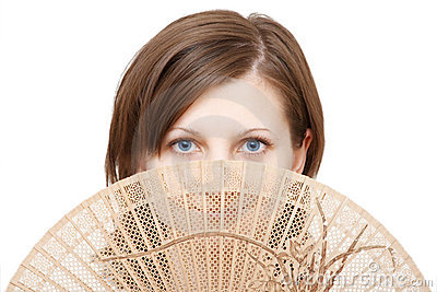 Mulher dos olhos azuis com ventilador