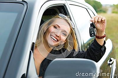 Mulher e carro preto novo