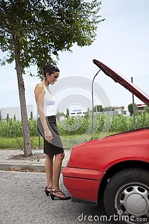 Mulher e carro quebrado