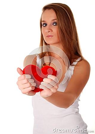 Mulher e coração vermelho artificial