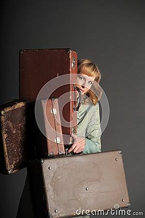 Mulher e malas de viagem velhas