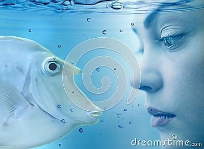 Mulher e peixes