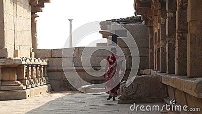 Mulher em escadas de escalada do vestido colorido e entrar dentro ao templo vídeos de arquivo