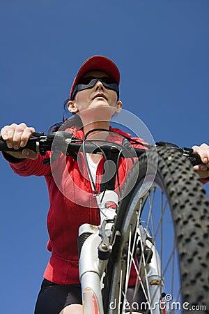 A mulher em uma bicicleta