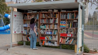 A mulher encontra um livro interessante na biblioteca da rua em Israel filme
