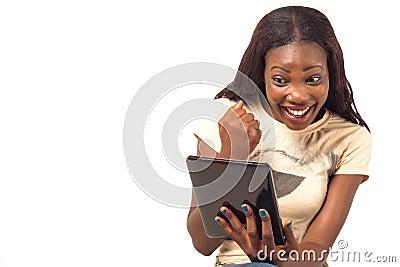 Mulher entusiasmado que guarda a tabuleta digital