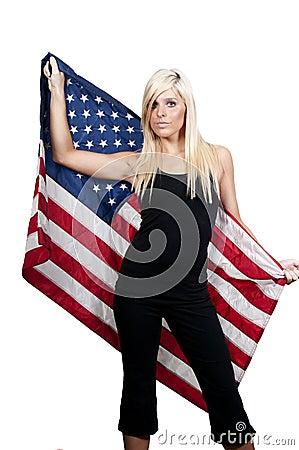 Mulher envolvida em uma bandeira