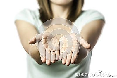 A mulher estica para fora suas mãos vazias