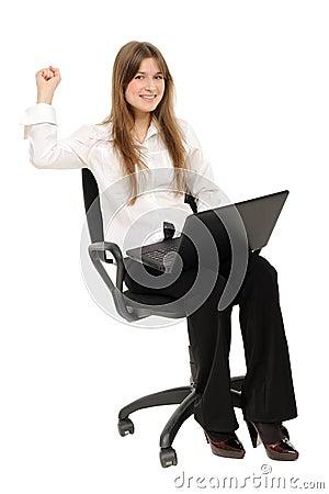 Mulher Excited com portátil que aprecia o sucesso